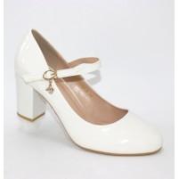 Белые модные туфли