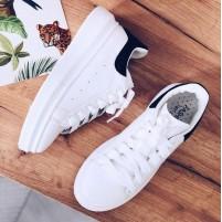 Белые кроссовки с черной пяткой